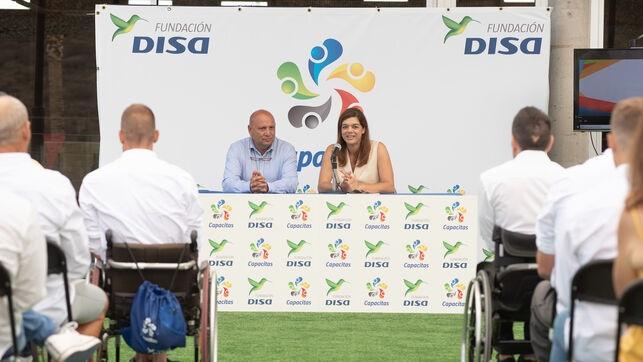 Sara Mateos, directora de la Fundación DISA, y Alfonso Alonso, concejal de Deportes de Adeje DISA